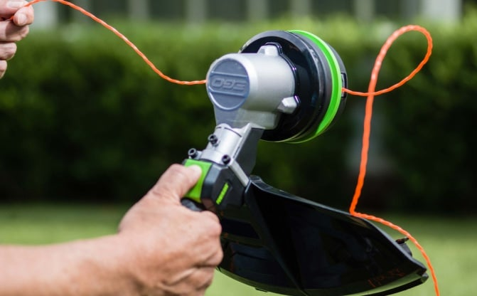 A man easily replacing string line with POWERLOAD™ technology